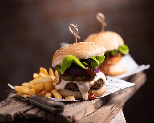 Domaći hamburger i krumpirići na drvenome stolu atonsh dizajn