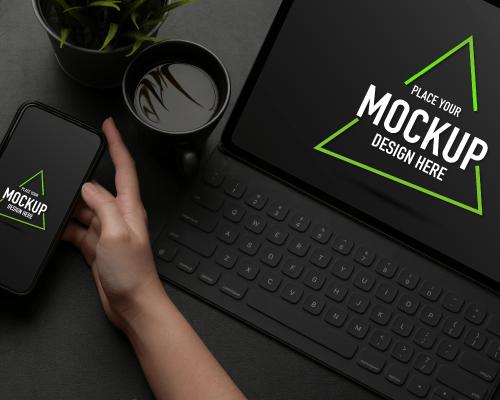 Kava i laptop za oglašavanje atonsh i na mobitelu